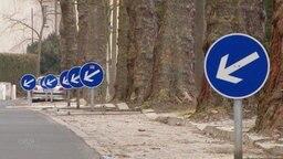 Diverse und immer gleiche Warnschilder sind nur wenige Meter auseinander an der gesamten Straße aufgestellt.