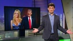 Christian Ehring, im Hintergrund Donalds Trump mit Stormy Daniels.