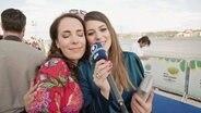 Alina Stiegler steht Kopf an Kopf mit der Sängerin Eye Cue aus Mazedonien