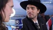 Alina Stiegler im Interview mit Waylon. © NDR