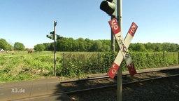 Ein Bahnübergang, der auf einer Weide endet