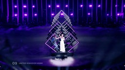 Ein Mann stürmt auf die ESC-Bühne und nimmt der Sängerin SuRie das Mikrofon weg
