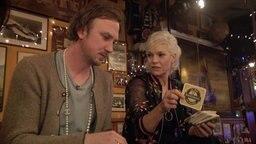 Lars Eidinger und Ina Müller beim Bierdeckelspiel