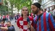 Niels Grützner mit einem kroatischen Fan im Gespräch.