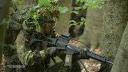 Ein Bundeswehrsoldat mit Tarnkleidung