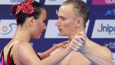 Das russische Duo zeigt seine Kür im Mixed-Synchronschwimmen