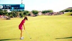 Golferin Georgia Hall schlägt einen Ball.
