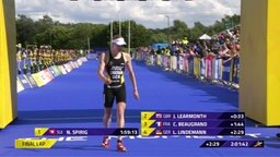 Triathletin Laura Lindemann läuft in das Ziel ein.