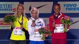 Kristin Gierisch, Paraskewi Papachristou und Ana Peleteiro bei der Siegerehrung im Dreisprung bei den European Championships