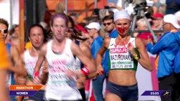 Weißrussische Favoritin Wolga Masuronak läuft  mit Nasenbluten.
