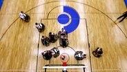 Szene aus dem Rollstuhlbasketball-Duell Deutschland - USA.