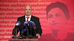 Torsten Sträter als Sahra Wagenknechts Pressesprecher.