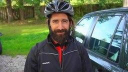Ein Mann mit Fahrradhelm.