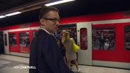 Ein Mann will in eine volle S-Bahn einsteigen.