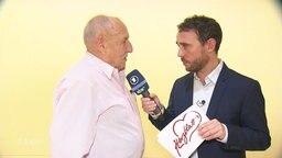 Jakob Leube interviewt älteren Herren