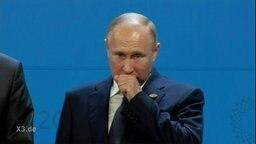 Putin räuspert sich.