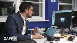 Karsten Schmehl von Buzzfeed sitzt an seinem Computer.