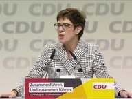 Kramp-Karrenbauer am Redepult.