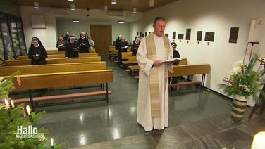 Priester Thomas Wirp in einer Kapelle