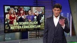 """Christian Ehring neben einem Bild von kriminell aussehenden Männern im Stil der Sitcom """"Eine schrecklich nette Familie""""."""