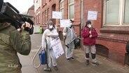 Radfahrer protestieren gegen den Kieler Disel-Absauger.