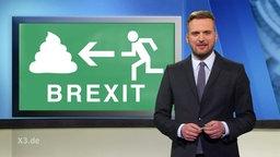 Eine Moderator im Studio neben ihm eine Abbildung mit einem Notausgangs Schild: Brexit.