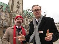 Ingo Wolski von der SPD (links) und Phillip Mayer-Degenhardt von der CDU stehen vorm Hamburger Rathaus und schauen in die Kamera.
