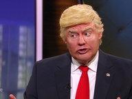 Ein Komiker, der sich als Donald Trump verkleidet hat.