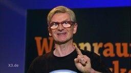 Michael Kessler mit einer Brille, die die stark Augen vergrößert