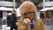 Reporterin Katja Kreml zerdrückt ein Ei.