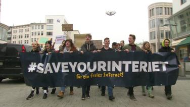"Demonstranten hinter einem Spruchband ""Save the Internet"""