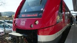Eine Bahn steht an einem Bahnhofsgleis.