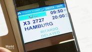 Auf einem Smartphone wird die Verspätung eines Fluges angezeigt
