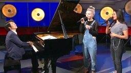 """Die S!sters singen ihren Song """"Sister"""" und werden von dem Pianisten Lang Lang begleitet."""