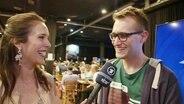 Alina Stiegler im Gespräch mit Marcel Stober im Pressezentrum in Tel Aviv.
