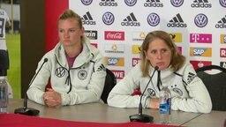 Die deutsche Frauenfußball-Nationalspielerin Alexandra Popp (l.) und Britta Carlson, Co-Trainerin des DFB-Teams © NDR