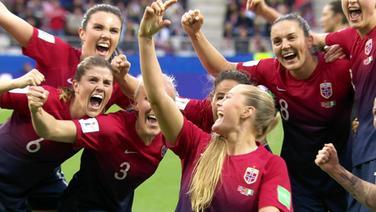 Jubelnde Norwegerinnen beim Spiel Norwegen - Nigeria.