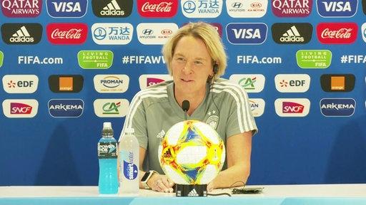 Die Bundestrainerin Martina Voss-Tecklenburg bei der Pressekonferenz.