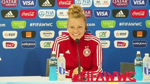 Linda Dallmann bei der Pressekonferenz.