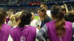 Trainerin Corinne Ciarce spricht zu ihren Spielerinnen der französischen Nationalmannschaft.