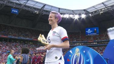 Die US-Nationalspielerin hält die Auszeichnung für die beste Torschützin (ein goldener Fußballschuh) der Frauen-WM 2019 in Frankreich in den Händen.