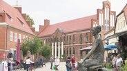 Blick auf den Marktplatz von Parchim mit dem Rathaus aus Backstein.