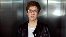 Annegret Kramp-Karrenbauer in Raumpflegerinnenlook