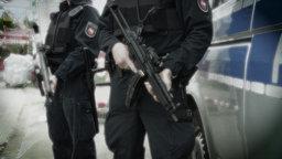 Polizisten mit Maschinenpistolen