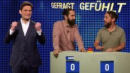 Christian Ehring und zwei Quiz-Kandidaten mit jeweils 0 Punkten