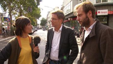 Reporterin Theresa Pöhls spricht mit Politikern.