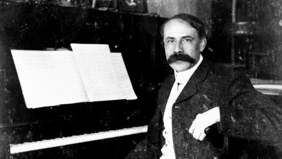 Edward Elgar am Klavier