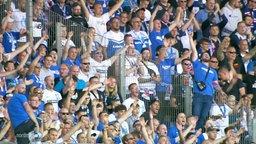 Hansa Rostock-Fans jubeln bei einem Sieg gegen Eintracht Braunschweig