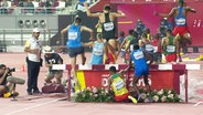 Takele Nigate scheitert am ersten Hindernis beim 3000 m Hindernislauf während der Leichathletik-WM 2019 in Doha. Er selbst ist am Boden, alle anderen Läufer überholen ihn.