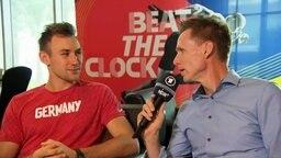 ARD Leichtathletik-Experte Frank Busemann beim Interview mit Niklas Kaul .